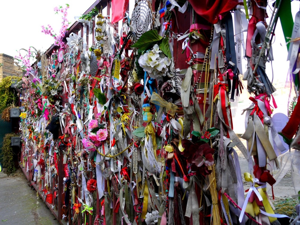Shrine-at-the-Red-Gate-in-Redcross-Way-in-2012-photo-by-Katy-Nicholls-1.jpg